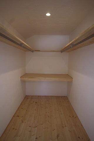 2階主寝室 (2).JPG
